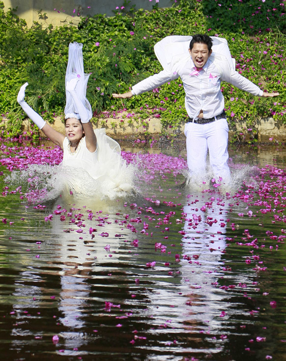 व्हेलेंटाईन-डेच्या पूर्व संध्येला थायलंडमध्ये विवाह सोहळा समारंभ होतो. यावेळी पाण्यामध्ये उतरताना नवदाम्पत्य.