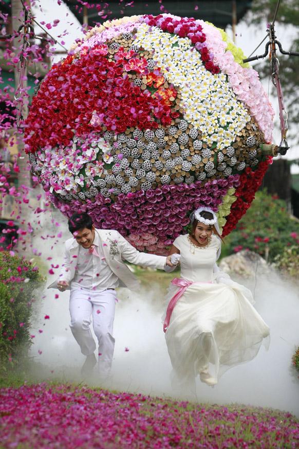 एक विशाल फुलगुच्छ. व्हेलेंटाईन-डेच्या पूर्व संध्येला थायलंडमध्ये विवाह सोहळा समारंभ होतो.