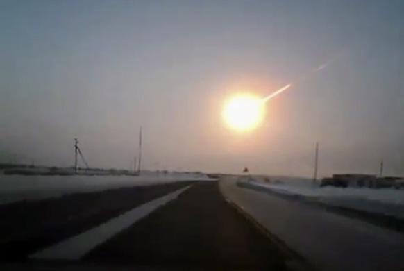 मध्य रशियातील युराल पर्वतरांगामध्ये स्फोट होऊन आकाशातून एक चमकणारी उल्कापात