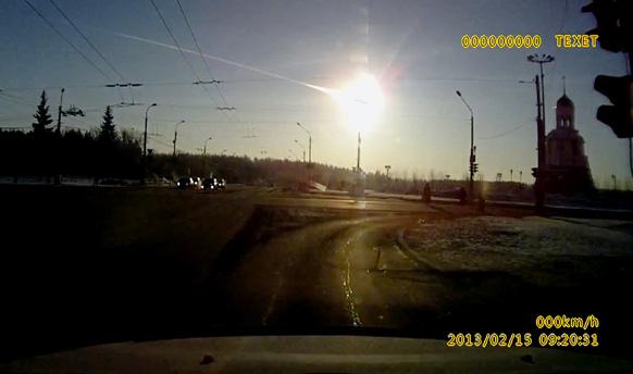 मध्य रशियातील युराल पर्वतरांगामध्ये जबरदस्त स्फोट होऊन आकाशातून एक चमकणारी वस्तू पृथ्वीवर पडली. यात ५०० लोक जखमी झालेत.