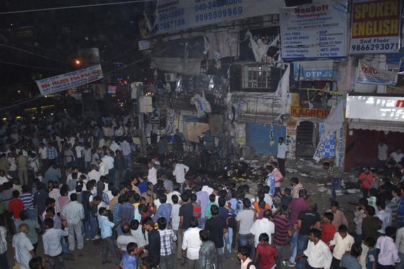 हैदराबाद स्फोटः घटनास्थळी जमलेले नागरिक