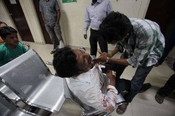 हैदराबाद स्फोटः जखमींना रुग्णालयात दाखल करताना