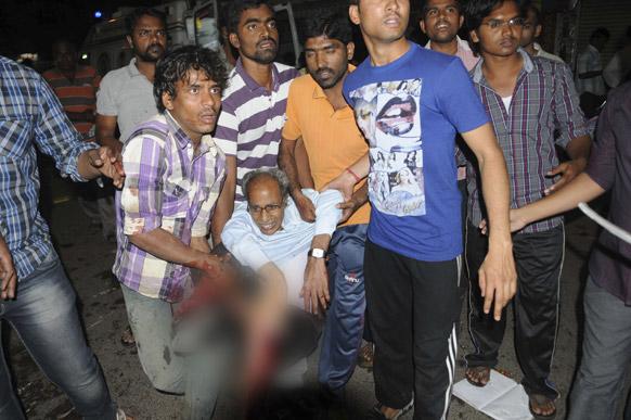 हैदराबाद स्फोटः घटनास्थळावरून जखमींना मदत करताना नागरिक
