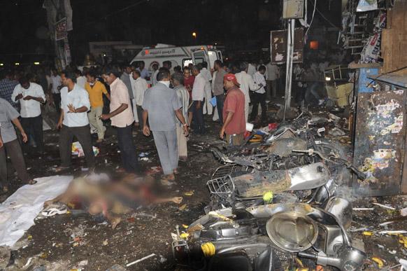 हैदराबाद स्फोटः घटनस्थळी जमलेले नागरिक