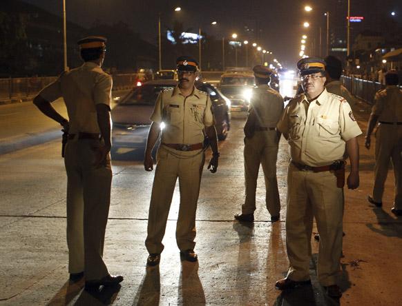 हैदराबाद स्फोटः मुंबईतही मोठ्या प्रमाणात नाकाबंदी करण्यात आली.