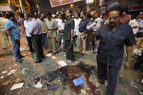 हैदराबाद स्फोटः घटनास्थळी तपास करताना तपास अधिकारी
