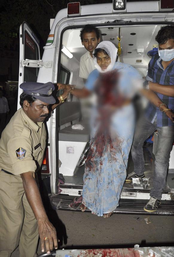हैदराबाद स्फोटः सरकारी हॉस्पिटलमध्ये जखमींना दाखल करताना पोलीस