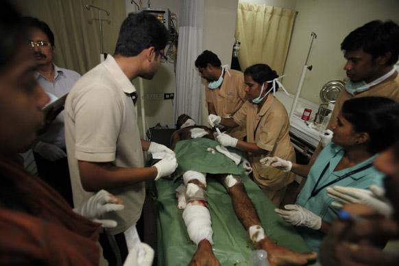 हैदराबाद स्फोटः सरकारी हॉस्पिटलमध्ये जखमींवर उपचार करताना डॉक्टर