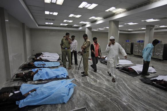 हैदराबाद स्फोटः सरकारी हॉस्पिटलमध्ये आपल्या नातेवाईकांची ओळख पटविण्यासाठी आलेले नातेवाईक