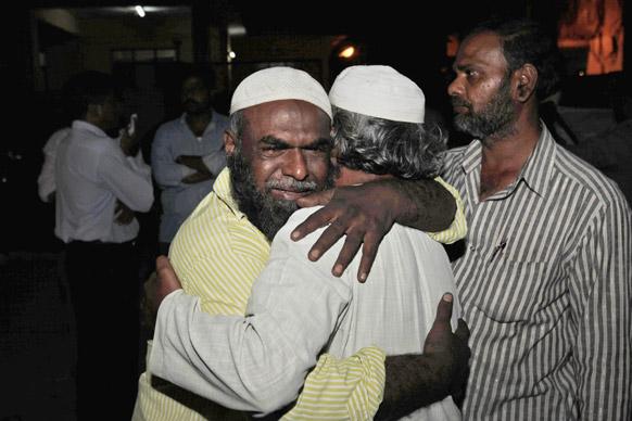 हैदराबाद स्फोटः सरकारी हॉस्पिटलच्या बाहेर आक्रोश करताना मृतांचे नातेवाईक