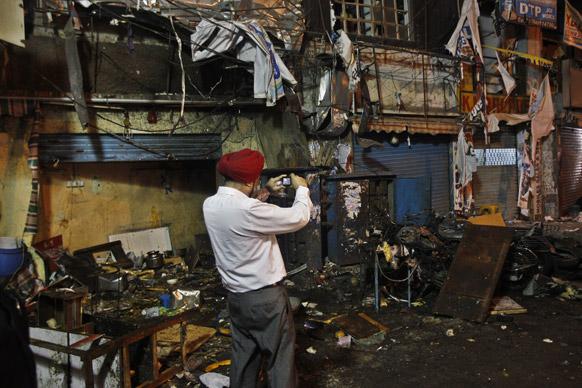 हैदराबाद स्फोटः घटनास्थळाचे फोटा काढताना तपास अधिकारी