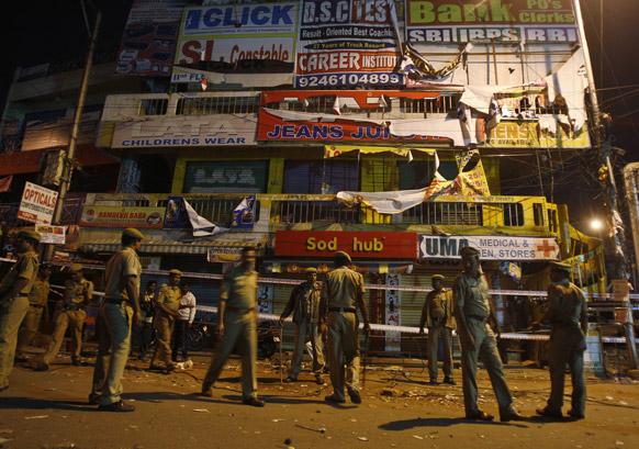 हैदराबाद स्फोटः स्फोटामुळे उद्धवस्त झालेल्या शॉपिंग मॉल समोर जमलेले पोलिस