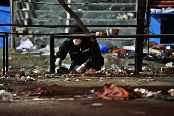 हैदराबाद स्फोटः घटनास्थळी तपास करताना एनआयएचे पथक