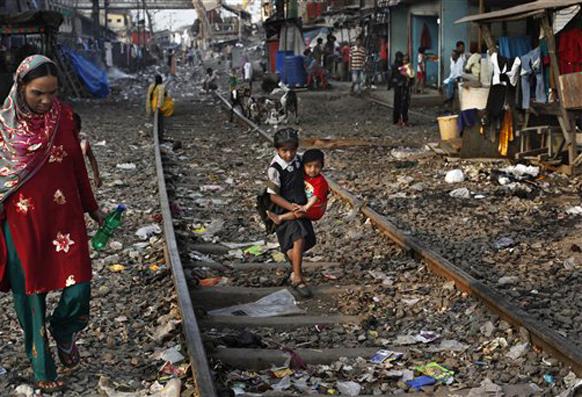 रेल्वे अर्थसंकल्पात मुंबईला नेहमीच वेगळी वागणूक दिली जाते. मुंबईत रेल्वे लाईनच्या लगत झोपड्या आहेत. तेथील माणसांचे जीवन धोक्यात आहे. मात्र, रेल्वेची सुरक्षा नसल्याचे हे धोतक