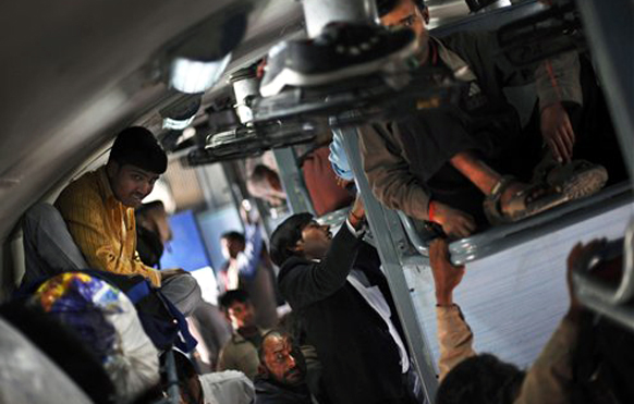 गर्दीवर नियंत्रण आणण्यास रेल्वेला अपयश. मात्र, नव्या गाड्या नसल्याने असा करावा लागत आहे प्रवास