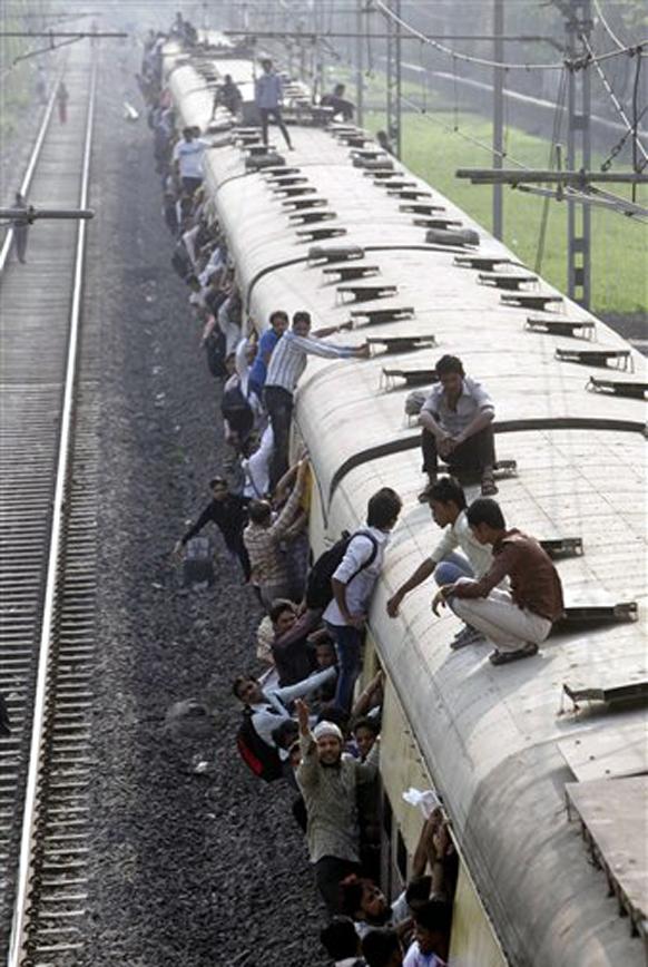 जीव मुठीत आणि धोका पत्करून, असा करावा लागतोय प्रवास. तरीही रेल्वेमंत्र्यांचे डोळेच बंद