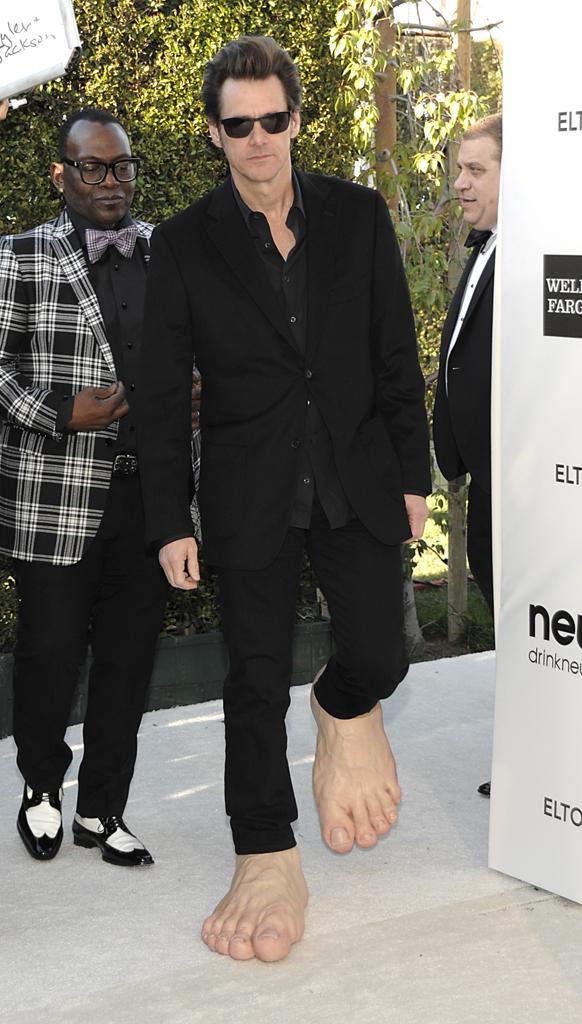 ऑस्कर पुरस्कार सोहळ्यानंतर हॉलिवुडमधील सनसेट प्लाझा हॉटेलमध्ये अभिनेता जीम कॅरीने अजब शूज परिधान केले
