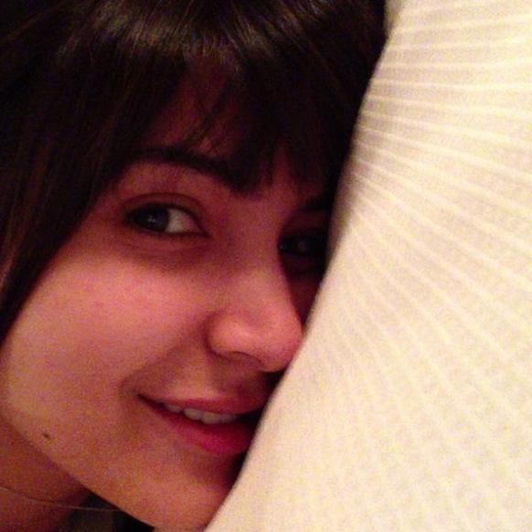 अनुष्का शर्मा... पहाटेच्या वेळी नुकतीच झोपेतून उठलेली अनुष्का मेकअपशिवाय थोडी वेगळी दिसतेय का?