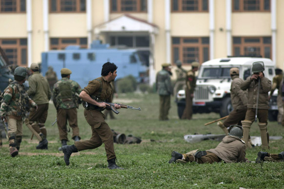 पोलीस आणि सीआरपीएफचे जवान घटनास्थळी...