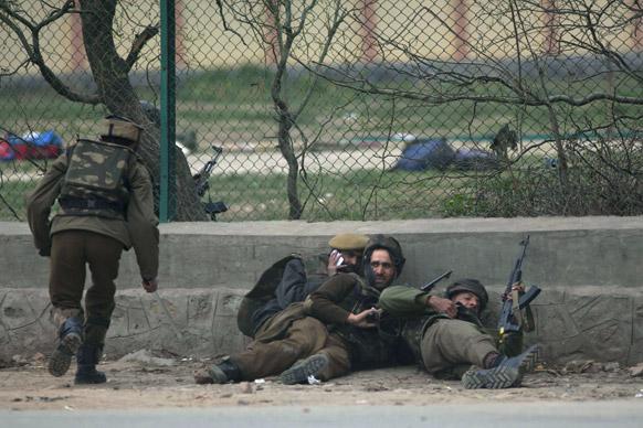 सीआरपीएफच्या जवानांनी घातला शाळेला घेराव...