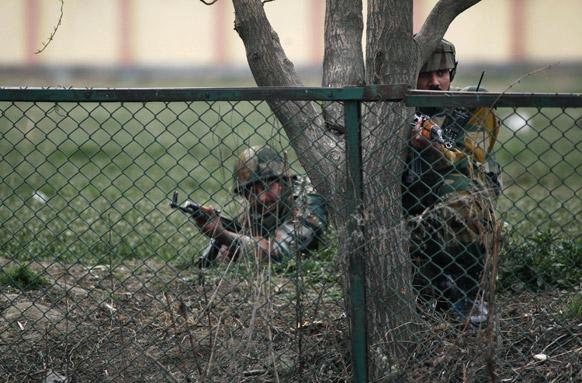 श्रीनगरमधील बिमना परिसरातल्या शाळेबाहेर दहशतवाद्यांनी केला हल्ला...