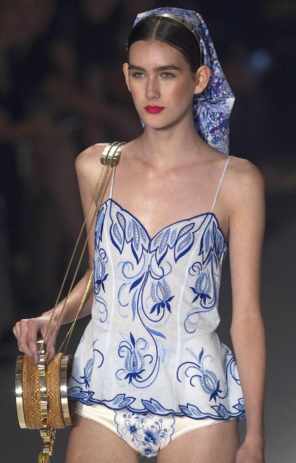 ब्राझीलमध्ये झालेल्या फॅशन शो मध्ये मॉडेलचा हॉट लूक