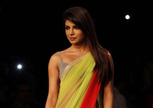 लॅक्मे फॅशन वीकच्या रॅम्पवर... अभिनेत्री प्रियांका चोप्रा