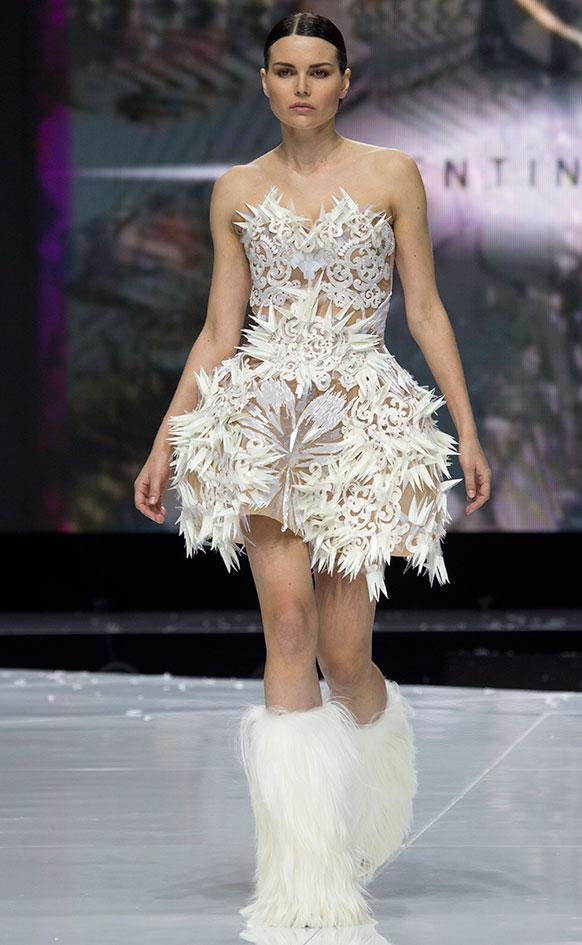 मॉस्को फॅशन वीकमध्ये मॉडेल