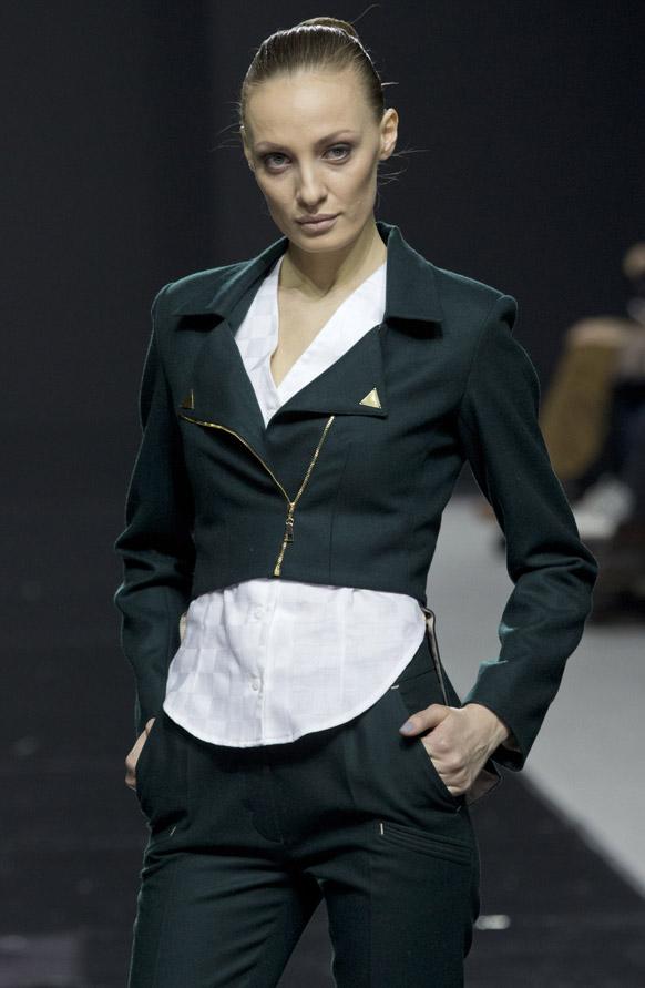 मास्को फॅशन वीकमध्ये मॉडेल लिसा गुजराती