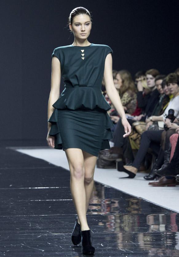 मास्को फॅशन वीकमध्ये कॅटवॉक करताना मॉडेल