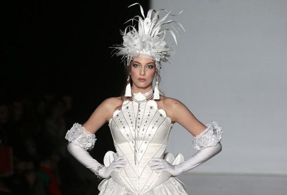 मास्को फॅशन वीकमधील एका मॉडेलची अदाकारी