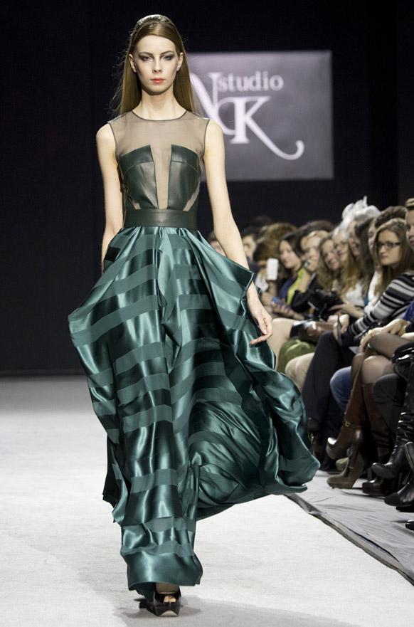 मास्को फॅशन वीकमध्ये एक रशियन मॉडेल नतालिया
