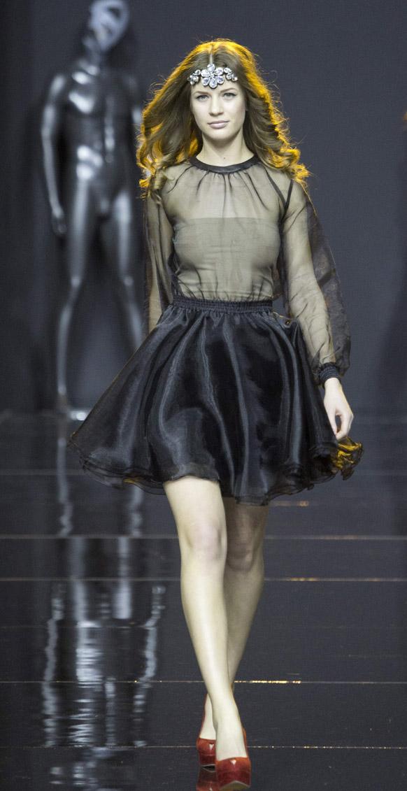 मास्कोमधील फॅशन शोमध्ये एक मॉडेल