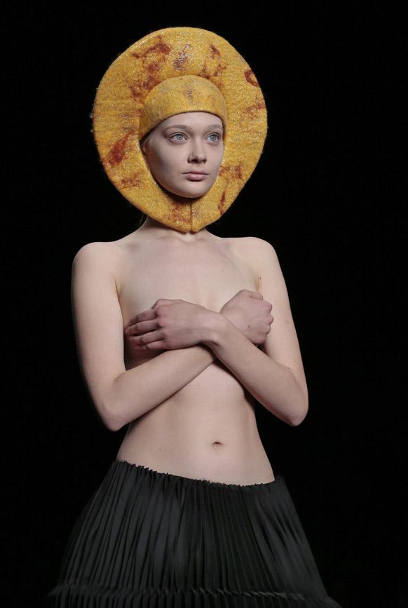 रशियामध्ये मास्कोत आयोजित करण्यात आलेल्या फॅशन शोमध्ये एक मॉडेल