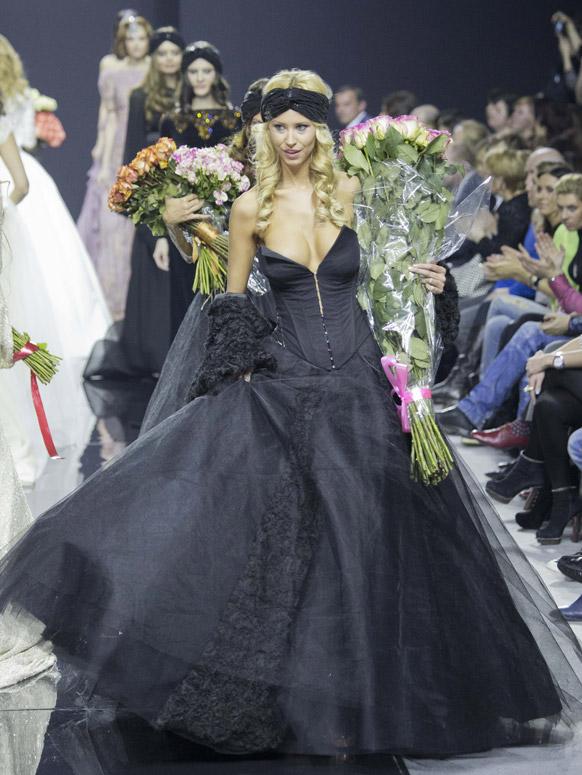 मास्को फॅशन वीकमध्ये एक मॉडेल.