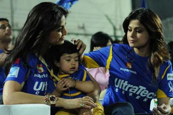 शिल्पा शेट्टी सोबत आहे तिचा मुलगा विआन राज कुंद्रा... सोबत शमिता शेट्टीही...