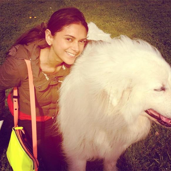 आदिती राव हैदारीचा आपल्या कुत्र्याबरोबर फोटो