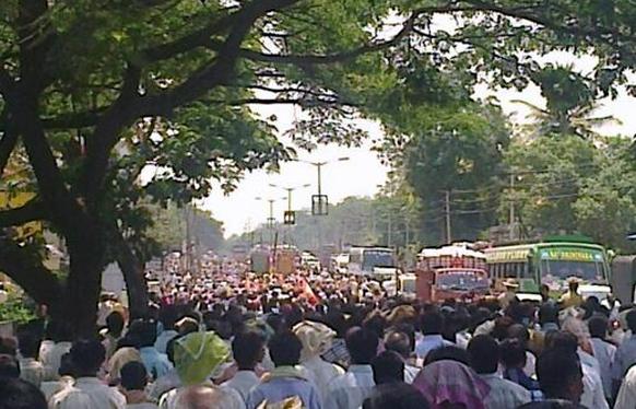 बंगळुरूमध्ये आज सकाळी स्फोट झाला. यावेळी लोकांची तारांबळ झाली. घटनास्थळी जमलेली लोकांची गर्दी