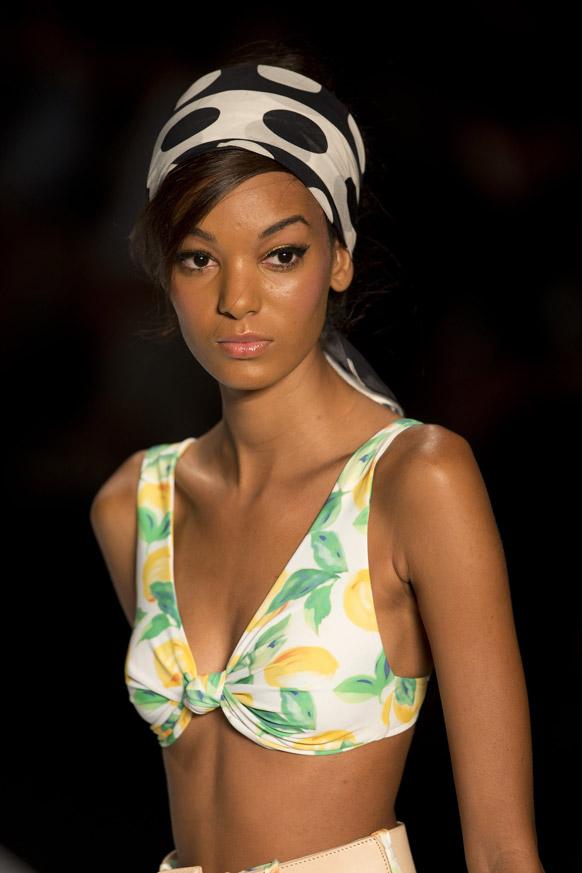 ब्राझीलमध्ये भरलाय... उन्हाळ्यातील खास कलेक्शनचा फॅशन शो...