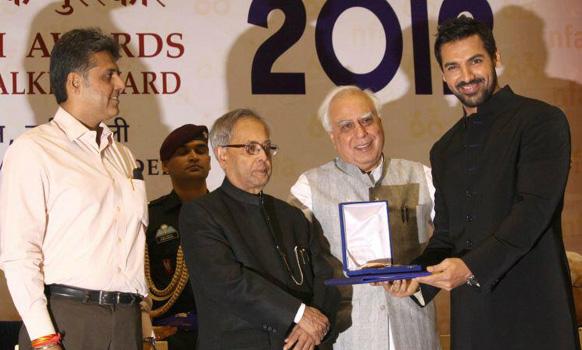 'विकी डोनर'साठी उत्कृष्ट सहकलाकार म्हणून पुरस्कार स्वीकारताना जॉन अब्राहम
