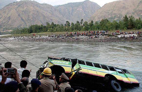 हिमाचल प्रदेशमध्ये कुलू-मंडी राष्ट्रीय महामार्गावर एका खासगी बसला झालेल्या अपघातात ३२ प्रवाशांचा मृत्यू झाला
