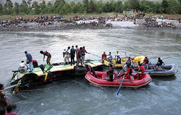 कूलूमध्ये बियास नदीमध्ये कोसळलेली बस बाहेर काढण्याठी सुरू असलेले प्रयत्न