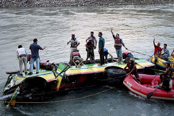 हिमाचल प्रदेशमध्ये कुलू-मंडी राष्ट्रीय महामार्गावर खासगी नदीत कोसळली