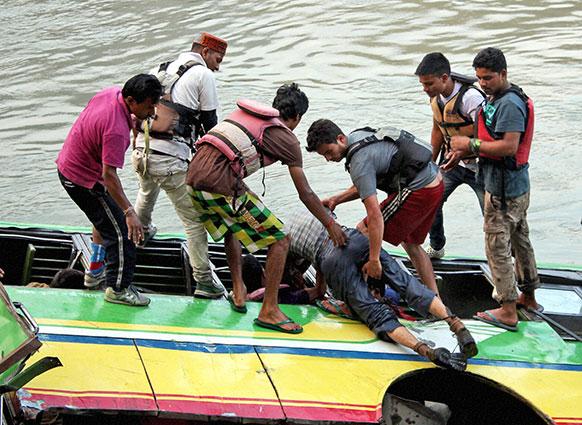 हिमाचल प्रदेशमध्ये कुलू-मंडी राष्ट्रीय महामार्गावर खासगी बसला झालेला अपघात. अपघातातील प्रवाशांना सुरक्षित बाहेर काढताना