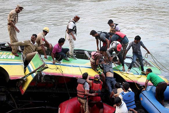 हिमाचल प्रदेशमध्ये कुलू-मंडी राष्ट्रीय महामार्गावर खासगी बसला झालेला अपघात