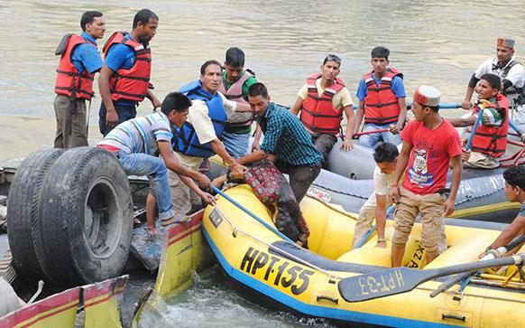 हिमाचल प्रदेशमध्ये कुलू-मंडी राष्ट्रीय महामार्गावर एका खासगी बसला झालेल्या अपघातात ३२ प्रवाशांचा मृत्यू झाला आहे. बस चालकाचे गाडीवरील नियंत्रण सुटल्यानं हा अपघात झाला.