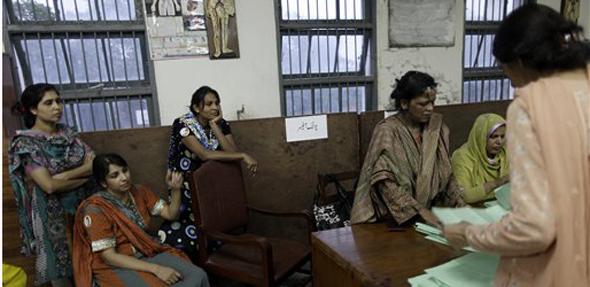 मतमोजणीसाठी महिला निवडणूक कर्मचारीनींही हजेरी लावली...