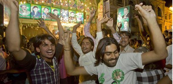 मुस्लिम लीग एनच्या सर्मथकंनीही विजयाची चाहूव लागताच दणक्यात जल्लोष साजरा केला