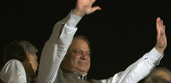 पाकिस्तानचे माजी पंतप्रधान आणि मुस्लिम लीग एनचे नेते नवाझ शरीफ त्यांच्या सर्मथकांना अभिवादम करताना...