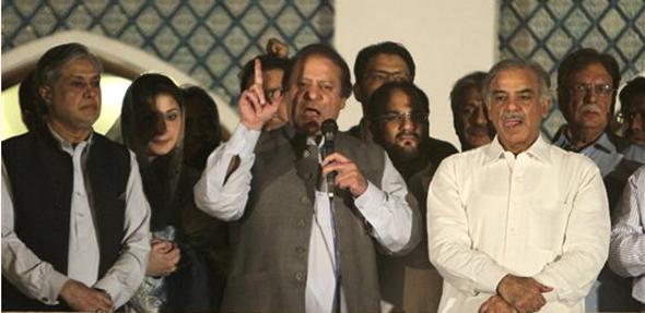 मुस्लिम लीग एनचे नेते नवाज शरीफ त्यांच्या समर्थकांना प्रोत्सहीत करताना....